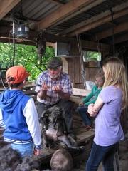 Mann erzählt Kindern etwas über Schnucken