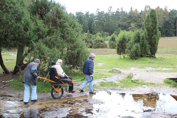 Die Joelette, ein geländegängiger Rollstuhl