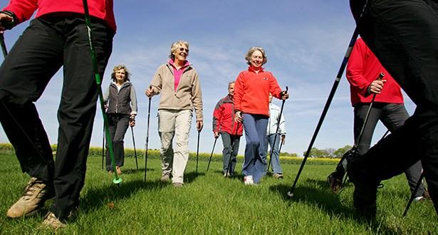 Eine Gruppe Menschen beim Nordic Walking
