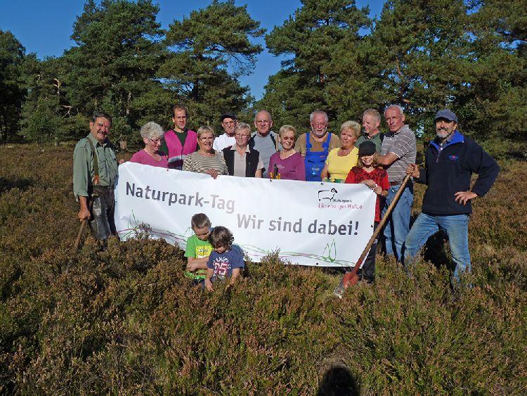 Mehrere Personen mit einem Banner des Naturparks