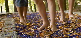 Ausschnitt nackte Füße auf Erlebnispfad