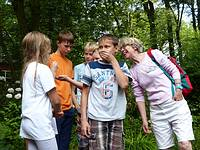Eine Gruppe Kinder flüstert kichernd